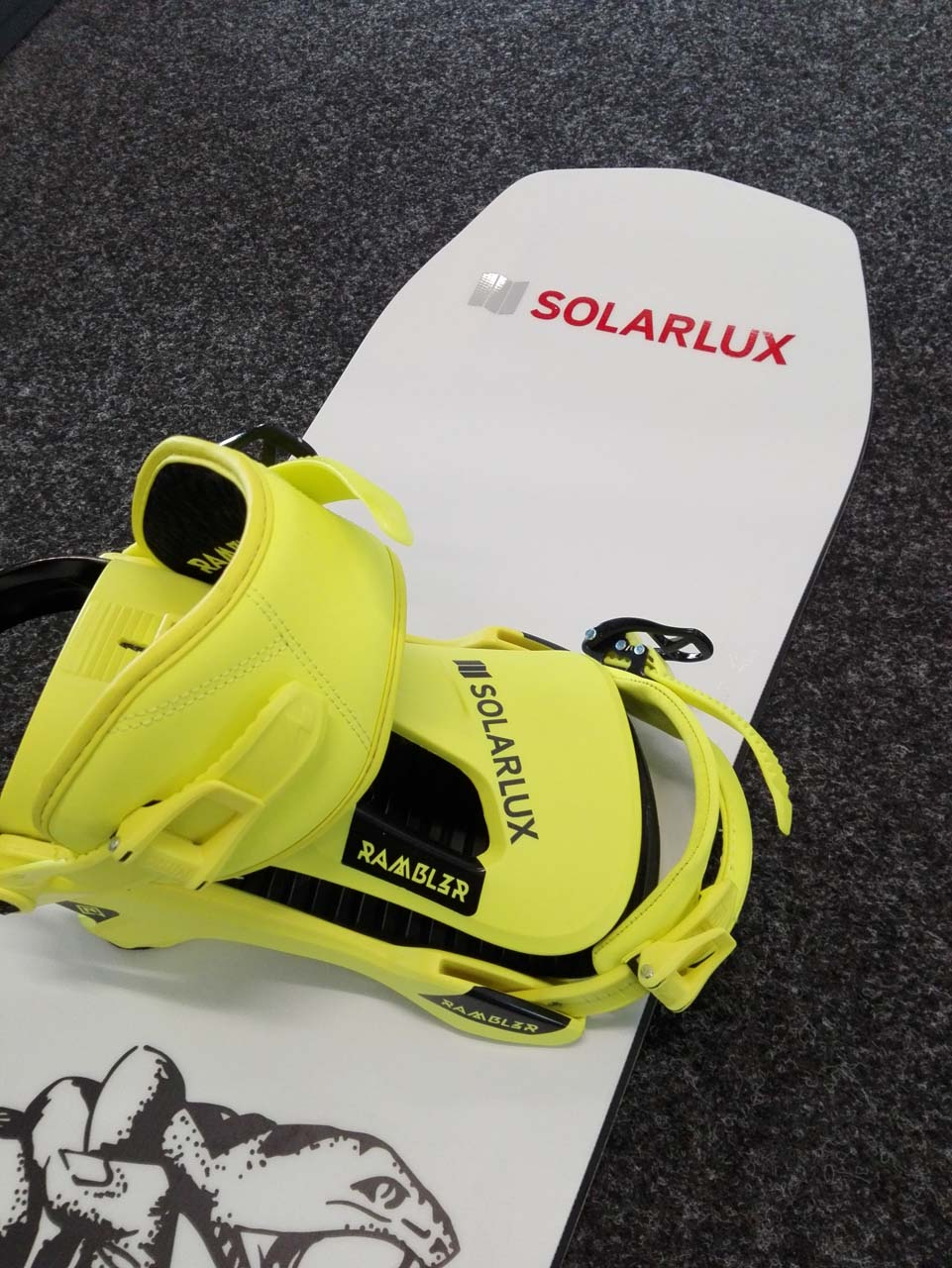 Snowboard mit SL Logo - Nose und Bindung